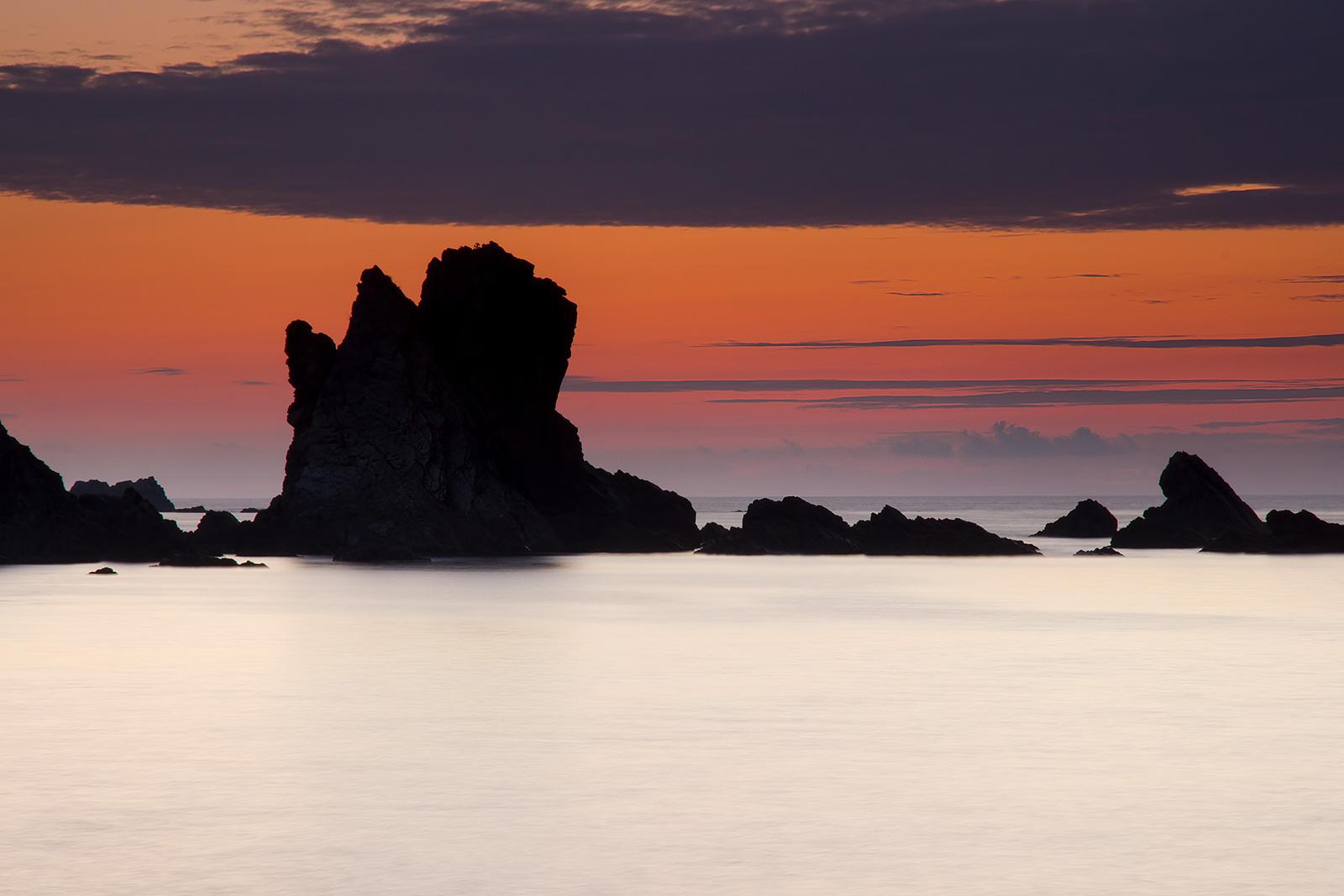 Paisaje en playa del silencio en Asturias, atardecer, larga exposición
