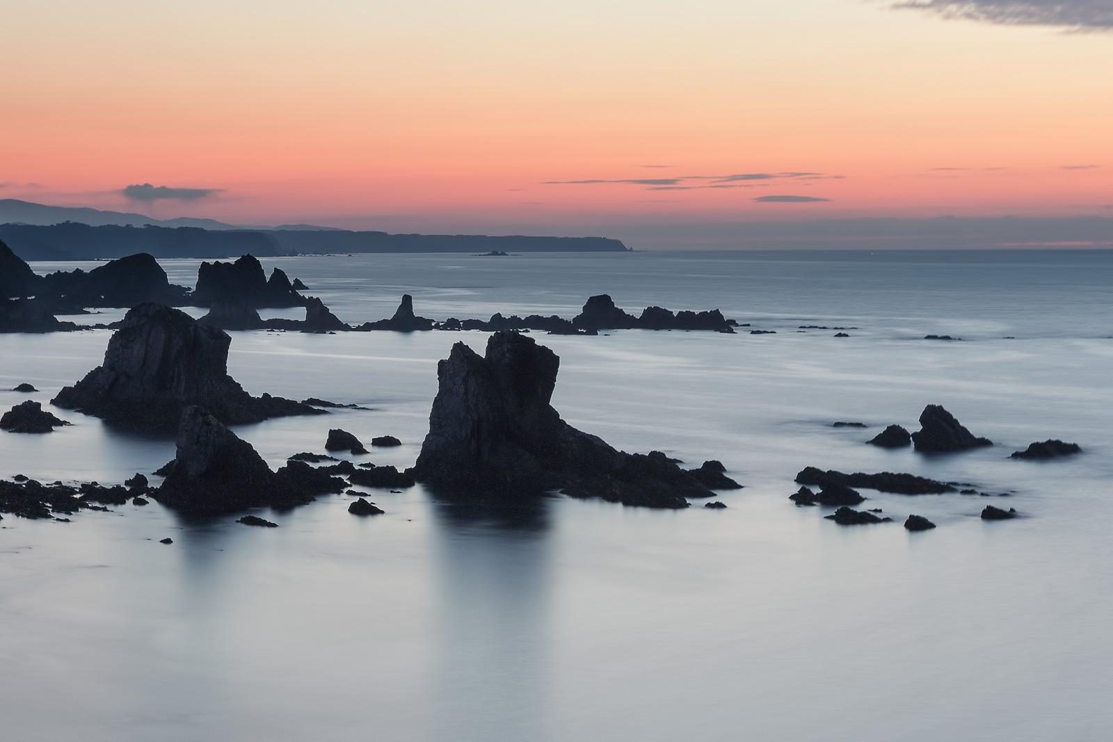 Paisaje de la playa del silencio en Asturias, larga exposición