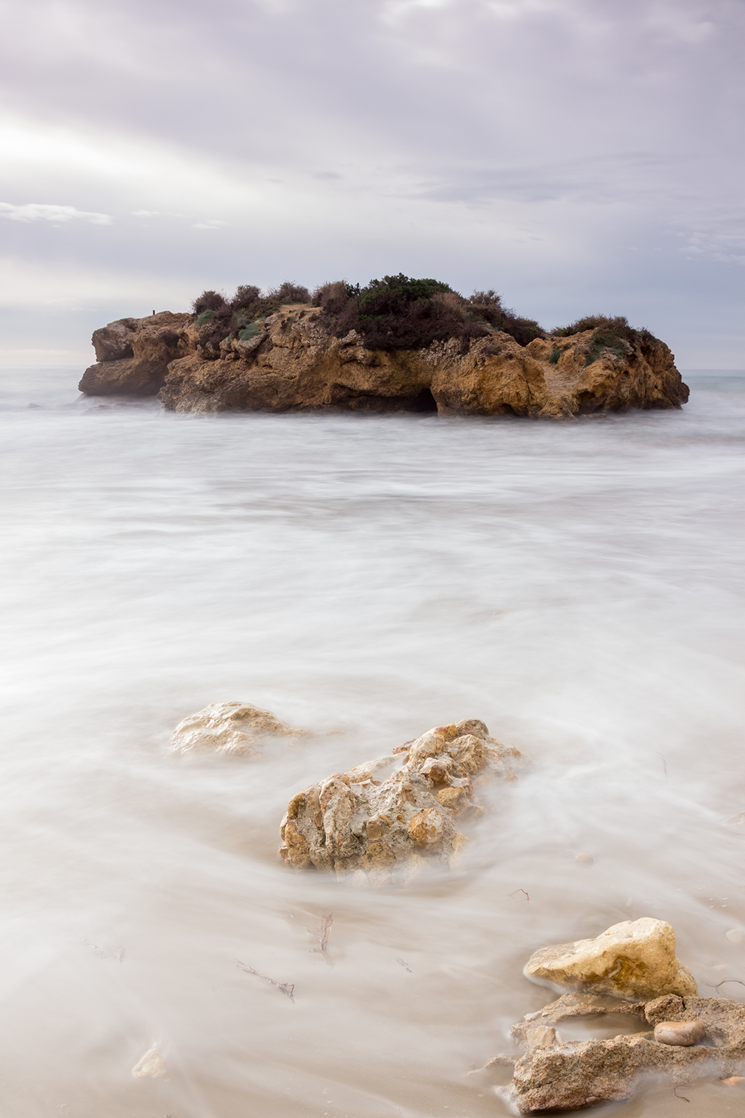 Paisaje costa de Tarragona, Tamarit, roca en el mar con oleaje,Danilatorre,danilatorre, Dani Latorre, daniel Latorre